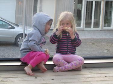 Smygtog kort på dem när de satt och åt och pratade på altanen.