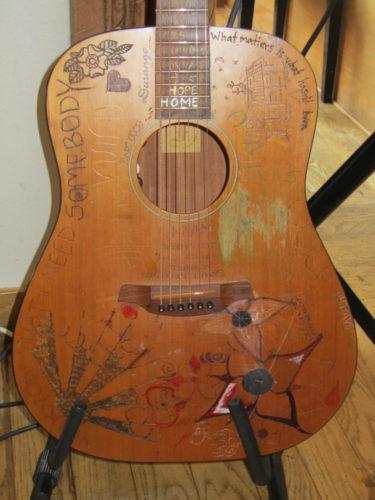 Gillar Samules väl använda gitarr.