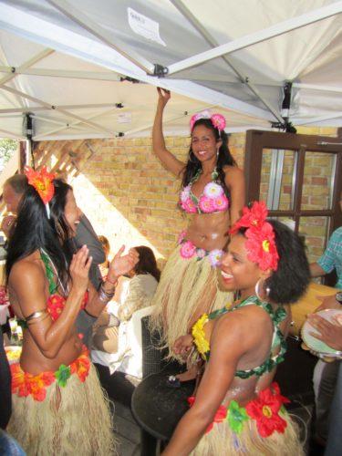 Istället frö presenter fick man skänka pengar till en skola i Rio. För att få lite mer Brasiliansk känsla på festen så bjöds det på dans, plymer och trummor.