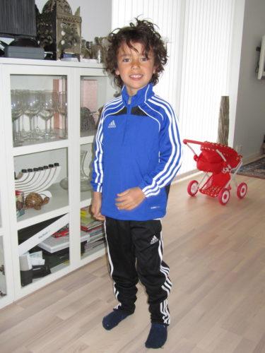 En nyvaken Mio i sin nya fotbolls-outfit. Han kommer bo i den. William har en likadan och jag får tvångs ta den för tvätt. de älskar sina Sigtuna IF-dress.