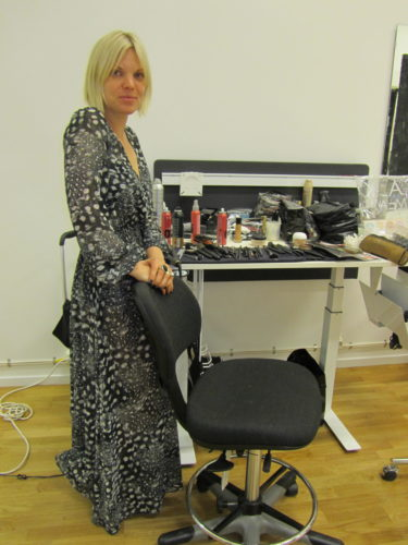 Sara sminkade mig och fixade mitt hår. Jätteduktig. Det var hon som stylade och sminkade Helena Seger för Aftonbladets nya tidning Wellness.
