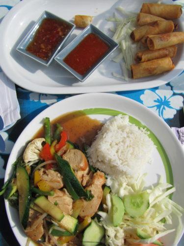 Till långlucnsh blev det thaimat. Vårrullar och wokad kyckling med grönsaker.
