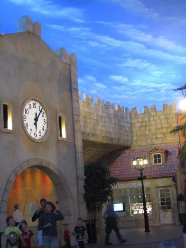 Inne på lalandia var det som om man befan  sig på ceasars Palace i Las Vagas. Det kändes som man var utomhus men himlen var bara målad. Det finns shoppingstråt och restauranger.