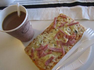 Min värmande lunch blev en kaffe och pizzaslice.