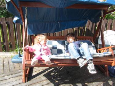 Hemma hos mamma åt jag, hon, Mio och Liv god mat. mamma fick present av oss och så satt vi i solen och pratade. Liv och Mio gungade i hammocken och tjöt av skratt.