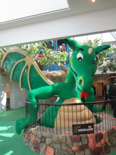 Receptionen övervakas av en drake i LEGO.