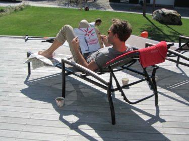 Vår snygge vän Jonas Wramell kom på besök. När bsrnen lekte och Peter kämpade med gräsmattan så låg jag och Jonas i varsin solstol och läste skvallertidningar.