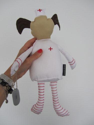Varje trasdocka har dessutom en egen betydelse utifrån FN:s barnkonvention. Den här dockan står för att alla barn har rätt till vård och mediciner.