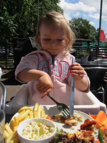Det ska börjas i tid :-) Liv såg så söt ut när hon åt med kniv och gaffel, lite förstora också.