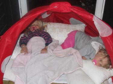 Tröttheten tog över och de bäddade mysigt i ett tält och myste.