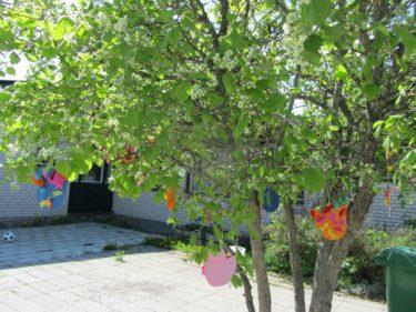 I eftermiddags var det sommarfest på Livs förskola. Alla barnens fina målningar och figurer hängde i träd och på husväggar.
