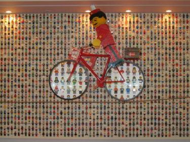 Väggarna pryds av Lego.