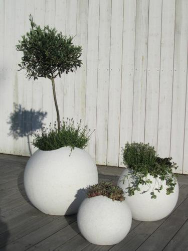 Nu har det äntligen blivit grön och fint på terassen. Vi har tre grupper med tre betongkrukor placerade på terassen.
