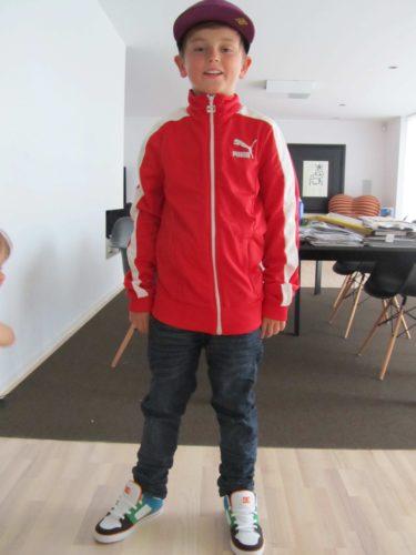 William börjar bli så stor eller så är det jag som köper för små kläder :-) Imorse hade han min tröja på sig
