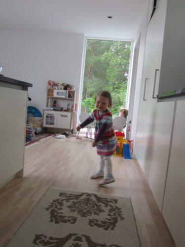 Liv dansade av glädje över att träffa brorsorna Mio och Limmy (som hon säger) igen.