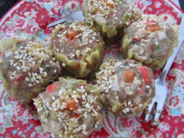 Ikväll köpte Peter hem massor av god thai-mat från vår lokala lilla restaurang. Dumplings...