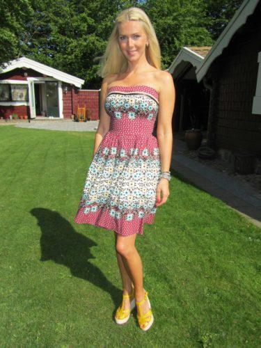 Jag hade på mig en klänning som jag köpte i England för fem år sedan och mina gula platåskor från TopShop.