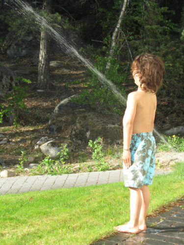 Vattenspridarna står lite här och var i trädgården och då passar Mio på att svalka sig. När Liv minst anade det så lyfte han upp henne och sprang genom vattnet. Hon skrattade så mycket att hon kissade på honom :-)