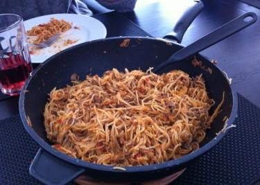 Det blev en tidig middag idag. Gårdagens rester. Vi åt som du ser spaghetti och köttfärssås igår, men den var godare idag. Steker ihop det så det blir lite yta på spaghettin. Gott!