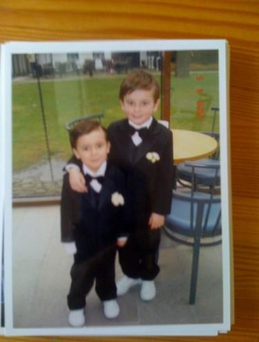 Två små pojkar på min och Peter bröllopsdag.