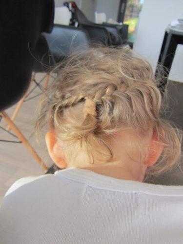 Liv hade fått håret fint flätat på förskolan. Hon brukar annars vägra att ha något i håret. Så gulligt att hon har små inbakade flätor. Måste lära mig att göra det, känns som det är något en flickmamma ska kunna.