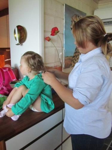 Livs kusin Amanda är här och pysslar om henne innan vi far.