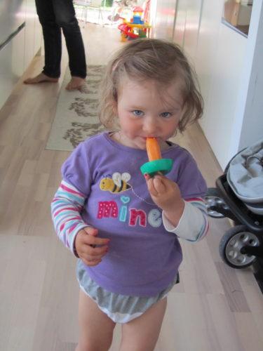 Livan äter glass, som alltid, och hänger mig i hasorna :-) mammagrisen.