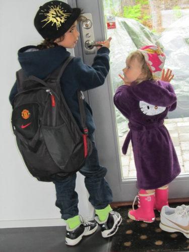 Imorse ville Liv förlja med pojkarna när de skulle till skolan. Hon satte på sig morgonrock, gummistövlar och mössa och hängde vid dörren.