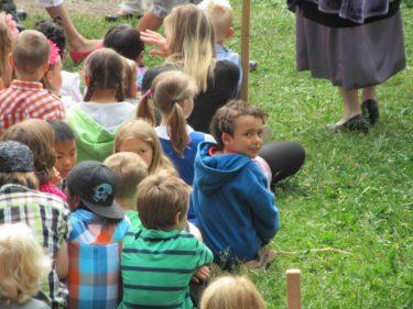 Alla barnen följde med spänning vad som hände på scenen. Nja, i alla fall nästan alla :-)