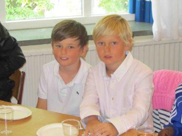 Efter avslutningen var det ett farväl till kompisarna och fröken inne i klassrummet. William och Oskar var mest intresserade av gräddtårtan.