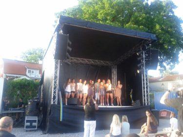 Sigtunas pärla Hummingbirds Music Center hade byggt upp en scen och dersa ungdomar och barn som de hjälper uppylla sina drömmar fick sjunga och dans. Deras ungdomsprojekt heter Dream Pack!