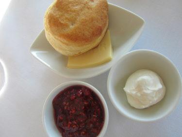 Tidigare imorse åt vi frukost med Kai på Stadshotellet här i Sigtuna. Nygräddade scones med cream cheese och hallonmarmelad. Mums!