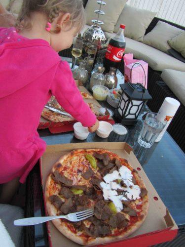 Kebabpizza mec extrasås på sidan om och så en oxfilépizza med bea. Flottigt och gott.