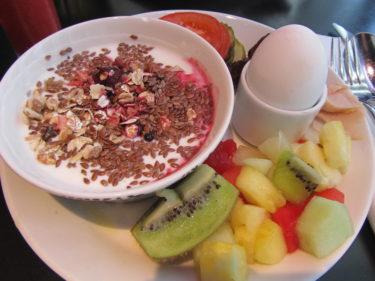 Åt en god frukost på hotellet innan  det bar iväg till kontoret för jobb.