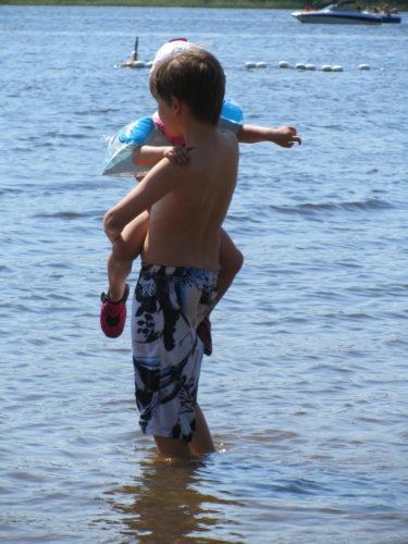 På stranden fick jag stor hjälp av William. Han är en fantastisk storebror.
