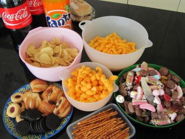 När hamburgarna var uppätna började orgien i godis, chips, kakor och bullar. Mmmm!