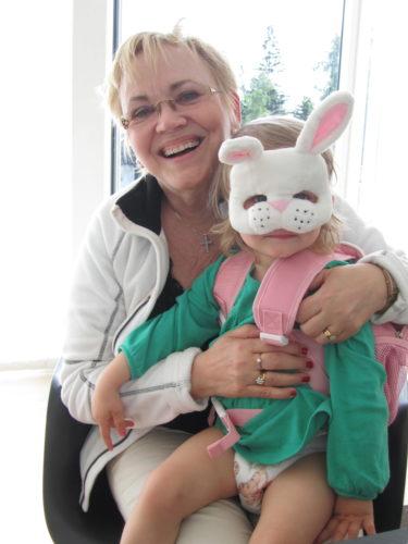 Efter en orgie i jordgubbar och glass hade Liv en show för oss med sitt söta kaninansikte. Hon passade även på att kramas med sin Mimmi.