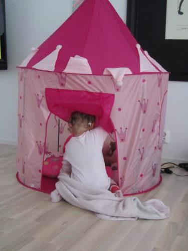 Liv leker i sitt prinsess-tält så jag passar på att skriva till dig.