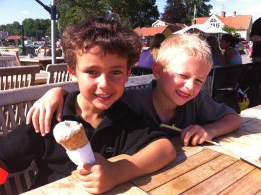 Mios dagmamma (som han var hos innan han började skolan) Helens son och Mios kompis Chris var med oss på Våfflan och åt glass och busade.