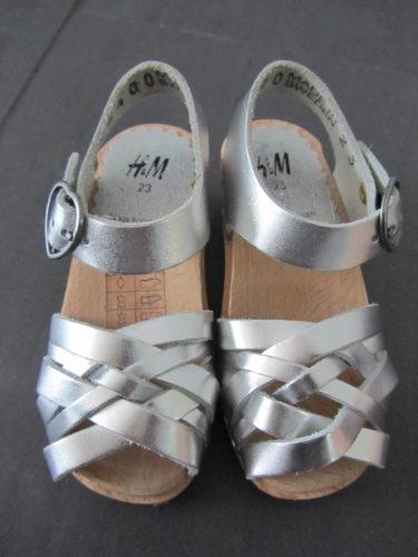 Kanske inte den ultimata skon för en två åring men alldeles för söta för att inte köpa. Får ha dem som prydnad :-) .