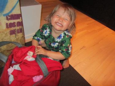 När William packade en väska till sitt fotbollsläger så packade Liv en också. Nu släpar hon runt på den och vägrar packa upp den.