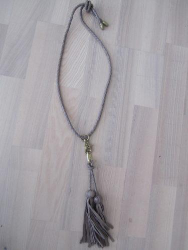 Halsband i ljusbeige-skinn och tassels.