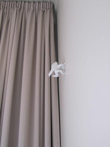 I det stora ljusa rummet såg jag något på väggen...