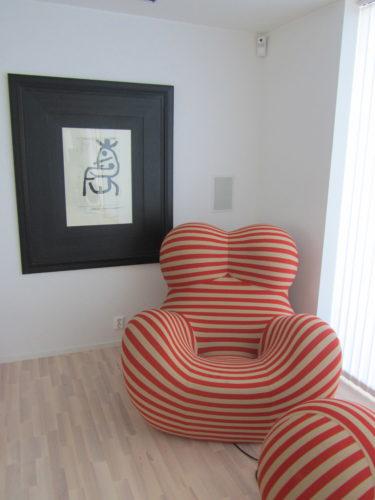 """De jag gillar extra mycket med de nya tavlorna är att de fångar upp färgerna i vår """"Big Mama-fåtölj"""". Det ger en snygg helhet i rummet."""