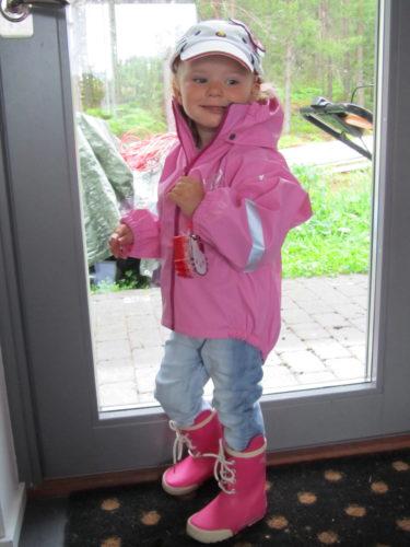 Livan på väg till förskolan med nya kepsen och väskan.