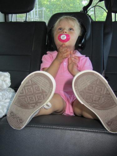 ... och så satte vi oss i bilen och väntade på killarna. Liv tittade på film och vilade med napp och filten.