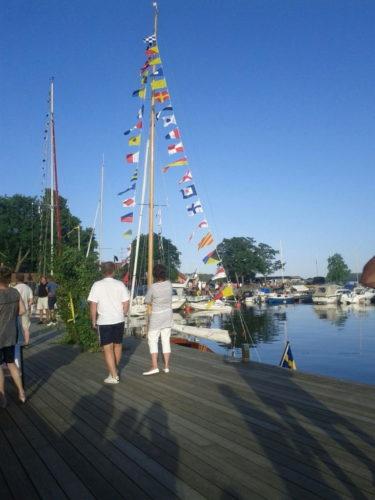 Nu på kvällen for jag, William och Liv ner på byn igen. Det var invigning för vår nya småbåtshamn.
