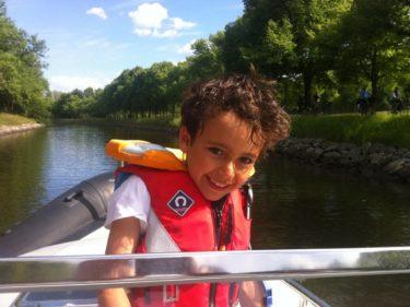 Han har varit hos sin pappa och varit ute och åkt båt med honom, min syster, hennes Filip och sin lill-kusin Tristan. Mysigt!