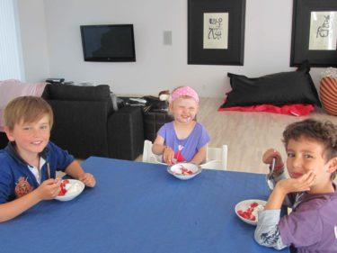 När vi kom hem så åt vi glass med jordgubbar. Liv smilar upp sig som på beställning när kameran kommer fram. Inte så äkta leende men ack så sött.