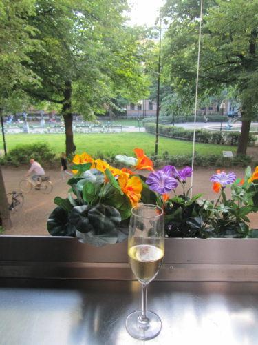 Innan festen gick jag och Peter till Rival. Vi satt och tittade på folk och sippade på ett glas champagne.